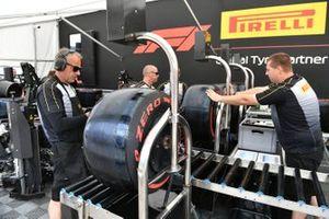 Mecánicos de Pirelli con neumáticos