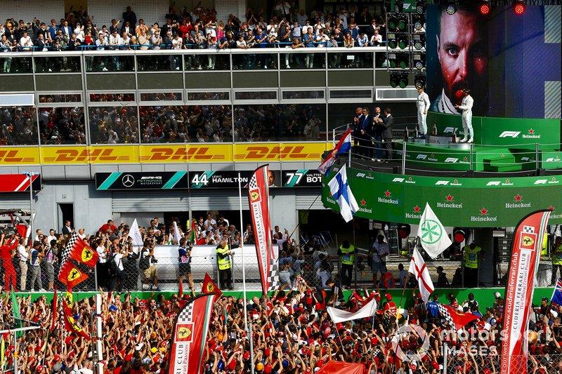 Fans celebran en el podio