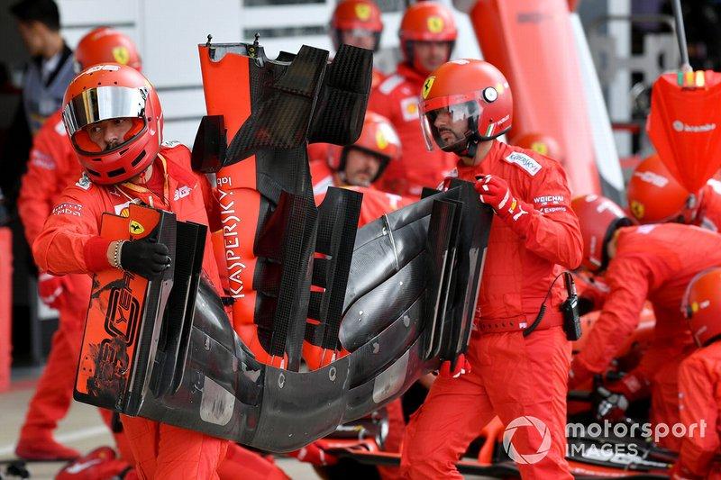 Il team Ferrari cambia l'ala frontale sull'auto di Sebastian Vettel, Ferrari SF90