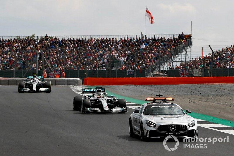 Lewis Hamilton, Mercedes AMG F1 W10 e Valtteri Bottas, Mercedes AMG W10, dietro alla Safety Car