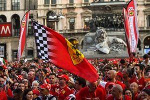 Una bandera de Ferrari ondea entre la multitud