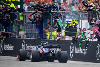 The Toro Rosso team line the pit wall as Daniil Kvyat, Toro Rosso STR14, 3rd position, finishes the race