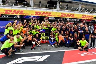 Le troisième, Daniil Kvyat, Toro Rosso, fête son podium avec l'équipe