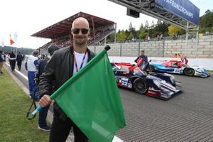 Tom Boonen waves the green flag to start the race