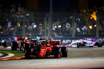 Charles Leclerc, Ferrari SF90, precede Lewis Hamilton, Mercedes AMG F1 W10, Sebastian Vettel, Ferrari SF90, Max Verstappen, Red Bull Racing RB15, e il resto delle auto all'inizio della gara