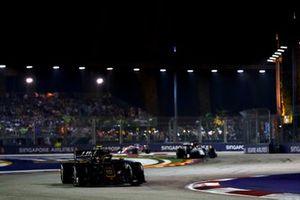 Kevin Magnussen, Haas F1 Team VF-19, leads Antonio Giovinazzi, Alfa Romeo Racing C38