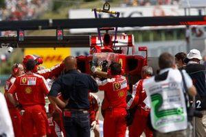 Автомобиль Ferrari F60 Фелипе Массы в боксах
