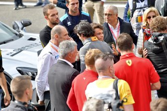 Carlos Sainz Jr., McLaren, comforts Nyck De Vries, ART Grand Prix at the memorial for Anthoine Hubert