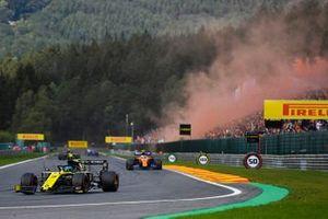 Daniel Ricciardo, Renault F1 Team R.S.19, al frente de Lando Norris, McLaren MCL34, en la vuelta de formación