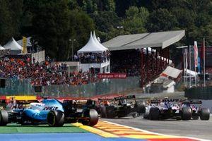 Daniel Ricciardo, Renault F1 Team R.S.19, hace contacto con Lance Stroll, Racing Point RP19
