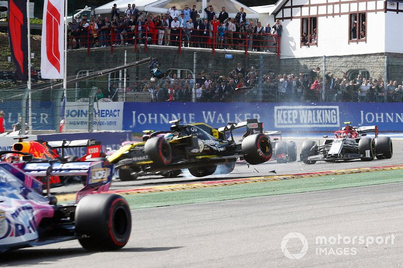 Daniel Ricciardo, Renault F1 Team R.S.19, is hit on the opening lap as Kevin Magnussen, Haas F1 Team VF-19 and Kimi Raikkonen, Alfa Romeo Racing C38 pass by