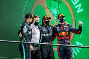 Valtteri Bottas, Mercedes-AMG F1, 2°posto, Peter Bonnington, Ingegnere di gara, Mercedes AMG, e Lewis Hamilton, Mercedes-AMG F1, 1° posto, Max Verstappen, Red Bull Racing, 3° posto, sul podio