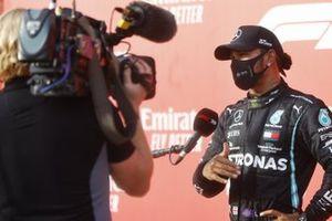 Lewis Hamilton, Mercedes-AMG F1, primo classificato, viene intervistato al Parc Ferme