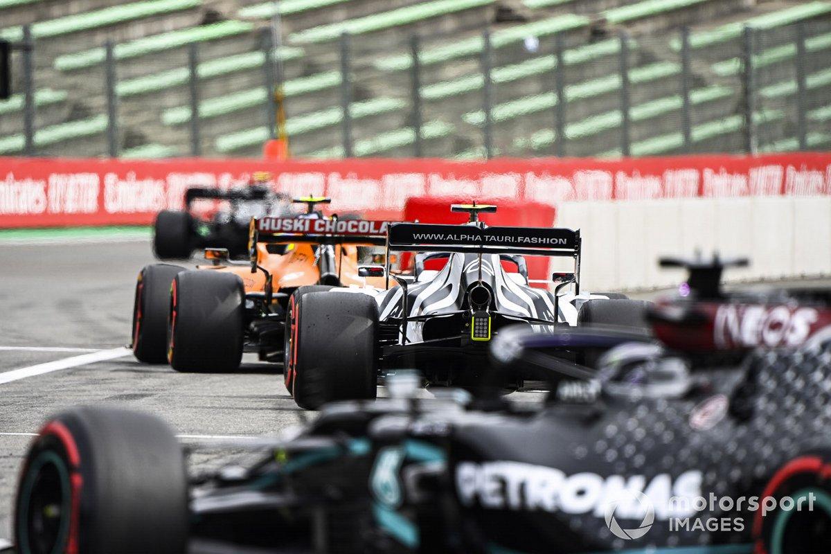 Lando Norris, McLaren MCL35, Pierre Gasly, AlphaTauri AT01, e Lewis Hamilton, Mercedes F1 W11
