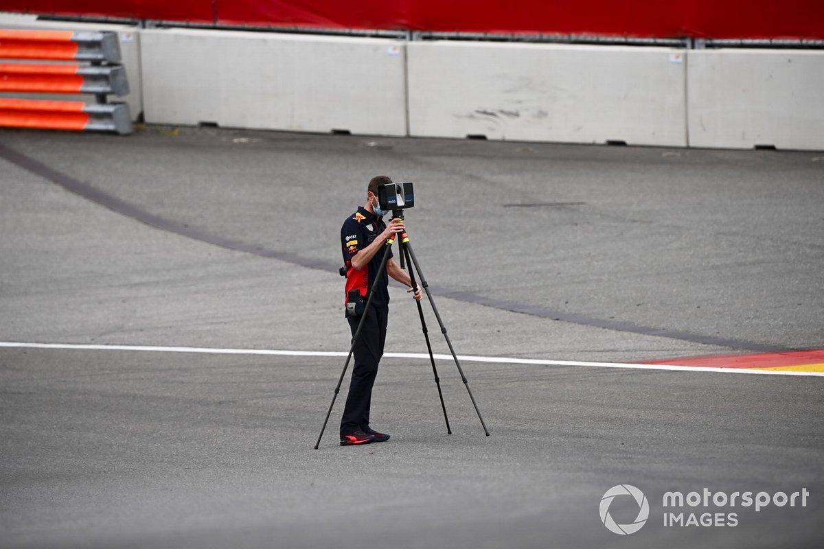 Un mecánico de Red Bull con una cámara
