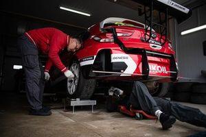 Механики Lukoil Racing за работой