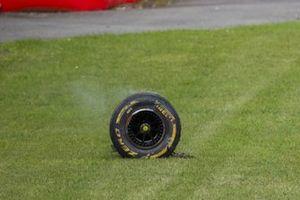 Neumático de Antonio Giovinazzi, Alfa Romeo Racing C39, después de chocar con la barrera