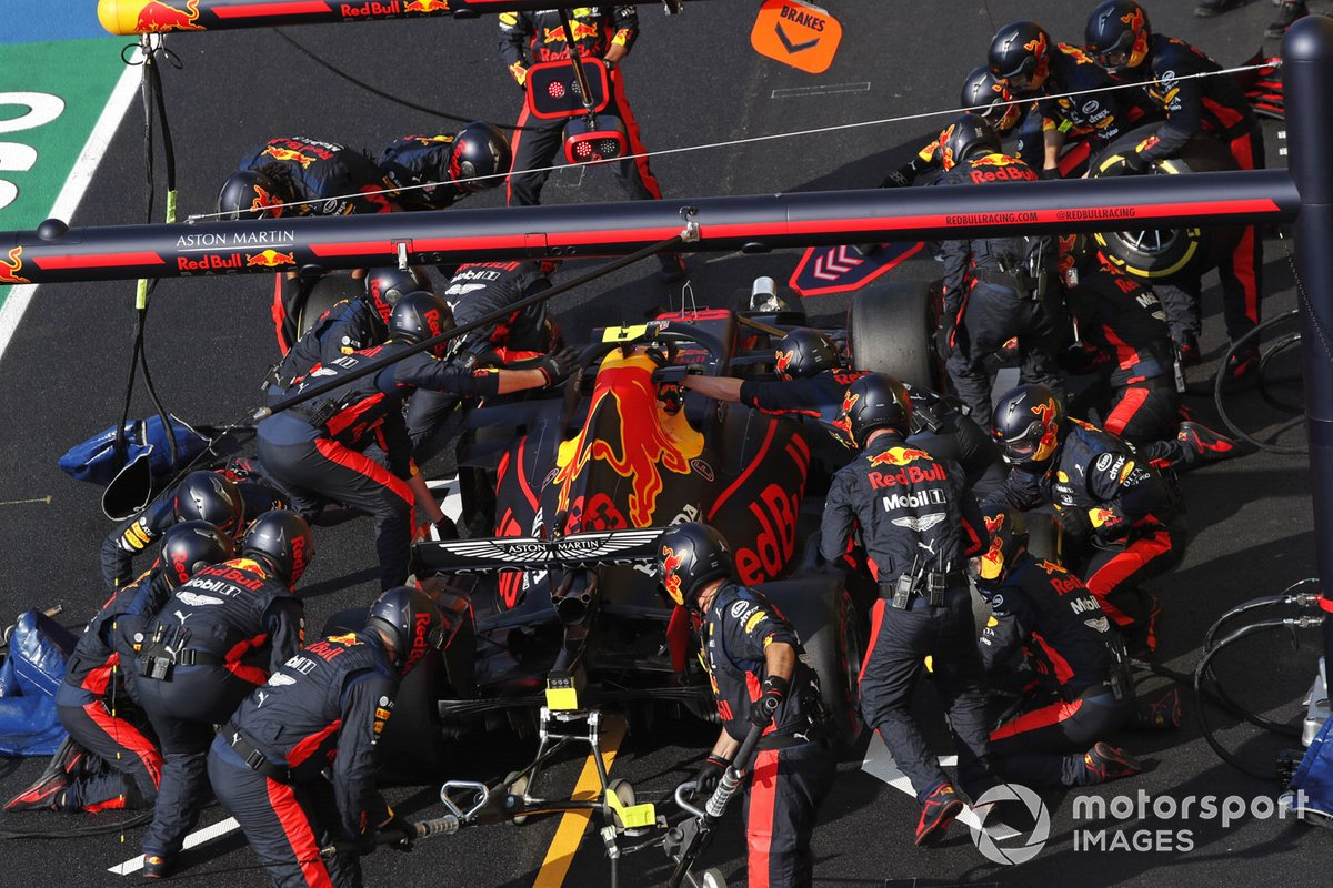Alex Albon, Red Bull Racing RB16, en pits