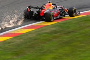 Scintille generate dell'auto di Max Verstappen, Red Bull Racing RB16