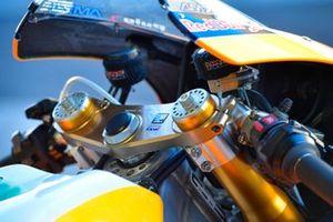 Gros plan sur la moto du team Repsol Honda