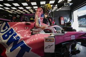 Nico Hulkenberg, Racing Point, s'attache dans son siège