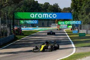 Daniel Ricciardo, Renault F1 Team R.S.20, Lewis Hamilton, Mercedes F1 W11, y Esteban Ocon, Renault F1 Team R.S.20