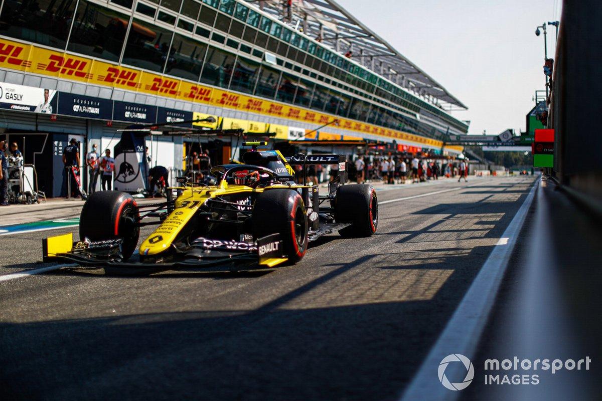 Esteban Ocon, Renault F1 Team R.S.20, pit lane