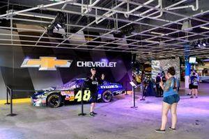 Jimmie Johnson recibe un cuadro de Chip Wile, Presidente de Daytona International Speedway, que muestra algunas de las carreras de Johnson en Daytona International Speedway