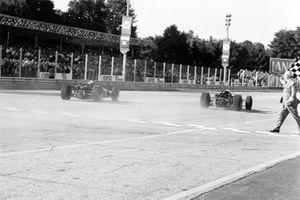 John Surtees, Honda RA300, leader, devant Jack Brabham, Brabham BT24-Repco sur la ligne d'arrivée