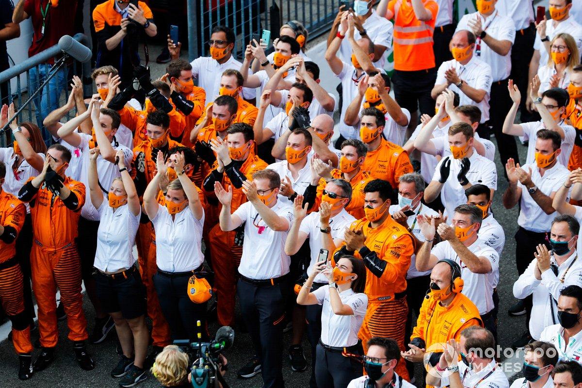 Membri del team McLaren festeggiano