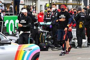 Valtteri Bottas, Mercedes-AMG F1, and Alex Albon, Red Bull Racing, on the grid