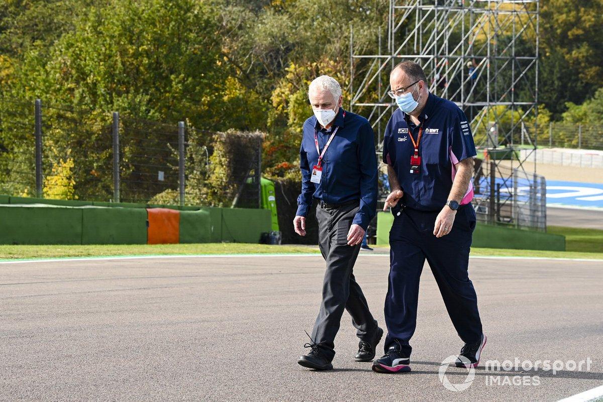 Un membro della Racing Point cammina sul circuito