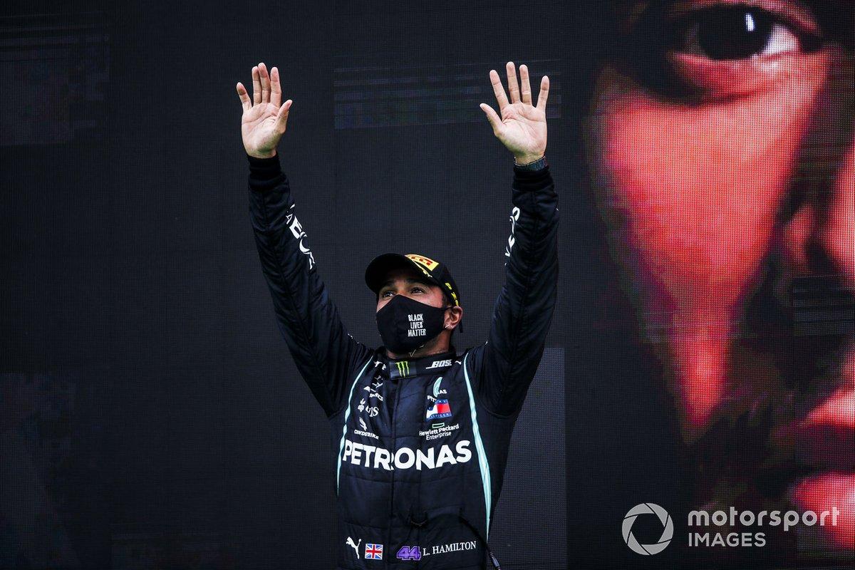 Podio: ganador de la carrera Lewis Hamilton, Mercedes-AMG F1, tras conseguir su victoria 92