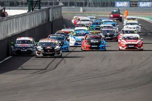Start of Race 1, Dan Cammish, Halfords Yuasa Racing Honda Civic Type R leads
