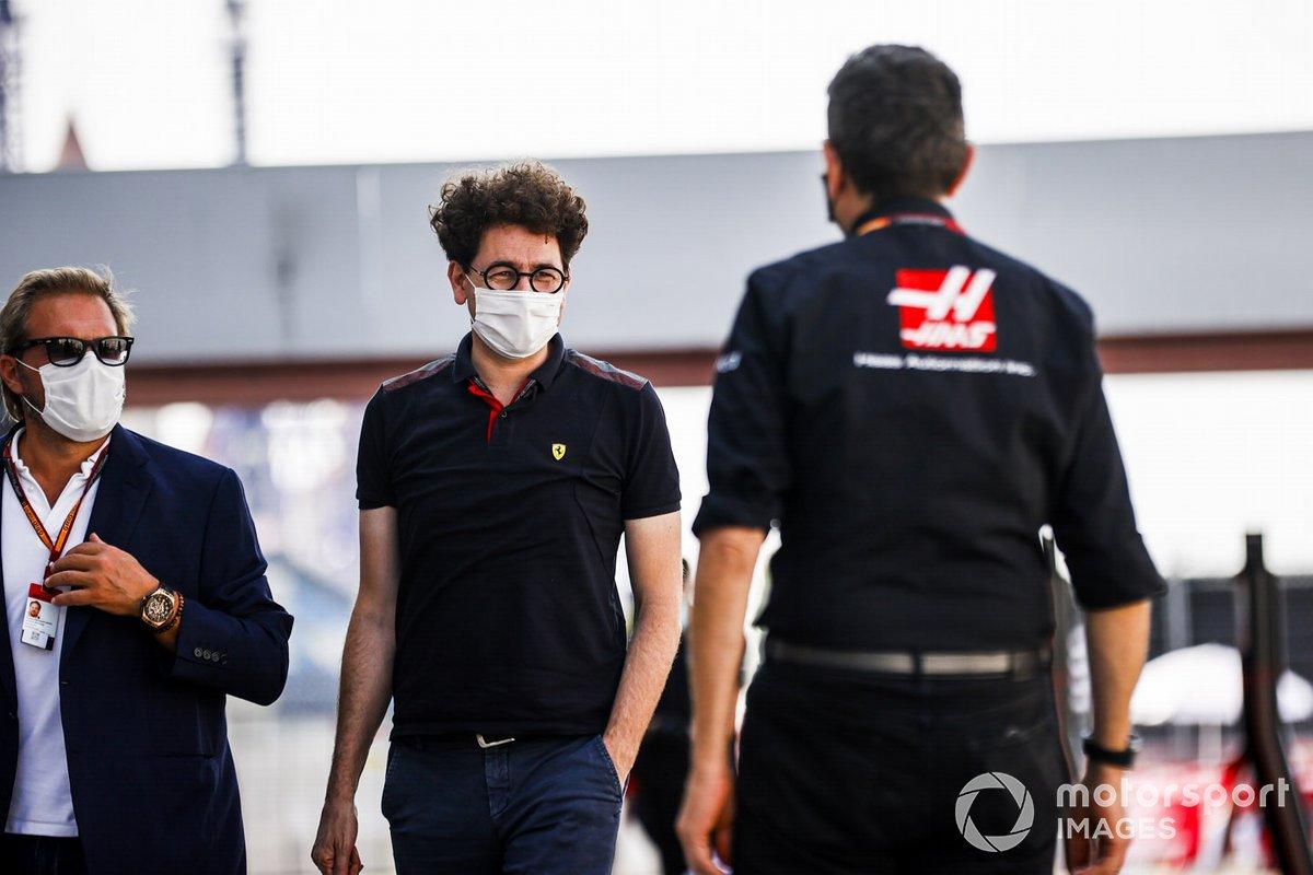 Mattia Binotto, director de Ferrari y Guenther Steiner, director de Haas F1