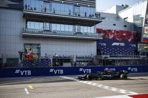 Le vainqueur Valtteri Bottas, Mercedes-AMG F1 franchit la ligne d'arrivée