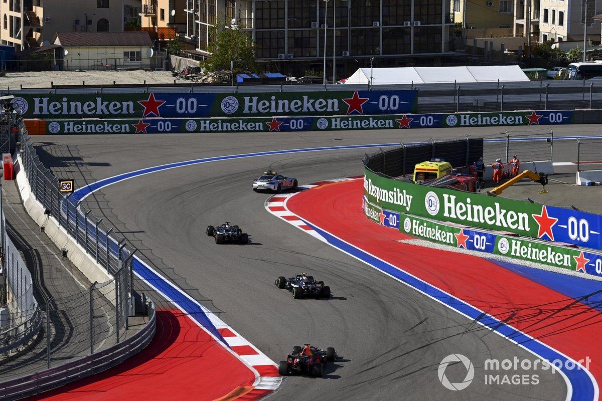 El Safety Car delante de Lewis Hamilton, Mercedes F1 W11, Valtteri Bottas, Mercedes F1 W11, Max Verstappen, Red Bull Racing RB16