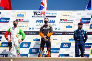 Il Podio: secondo posto, Mehdi Bennani, Comtoyou Racing, il vincitore di Gara 1, Daniel Lloyd, Brutal Fish Racing Team, terzo posto, John Filippi, Target Competition
