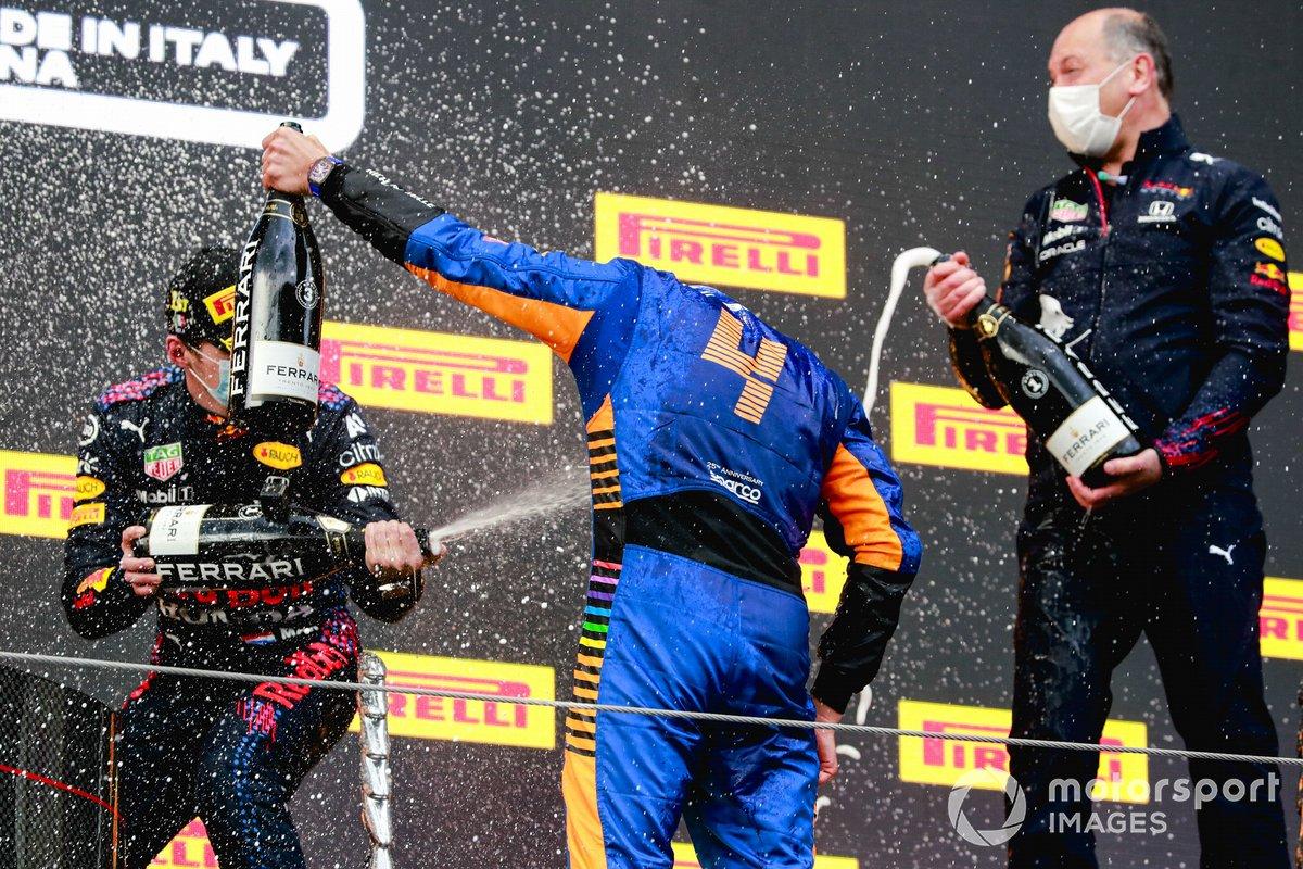 Podio: ganador de la carrera Max Verstappen, Red Bull Racing y el tercer lugar Lando Norris, McLaren