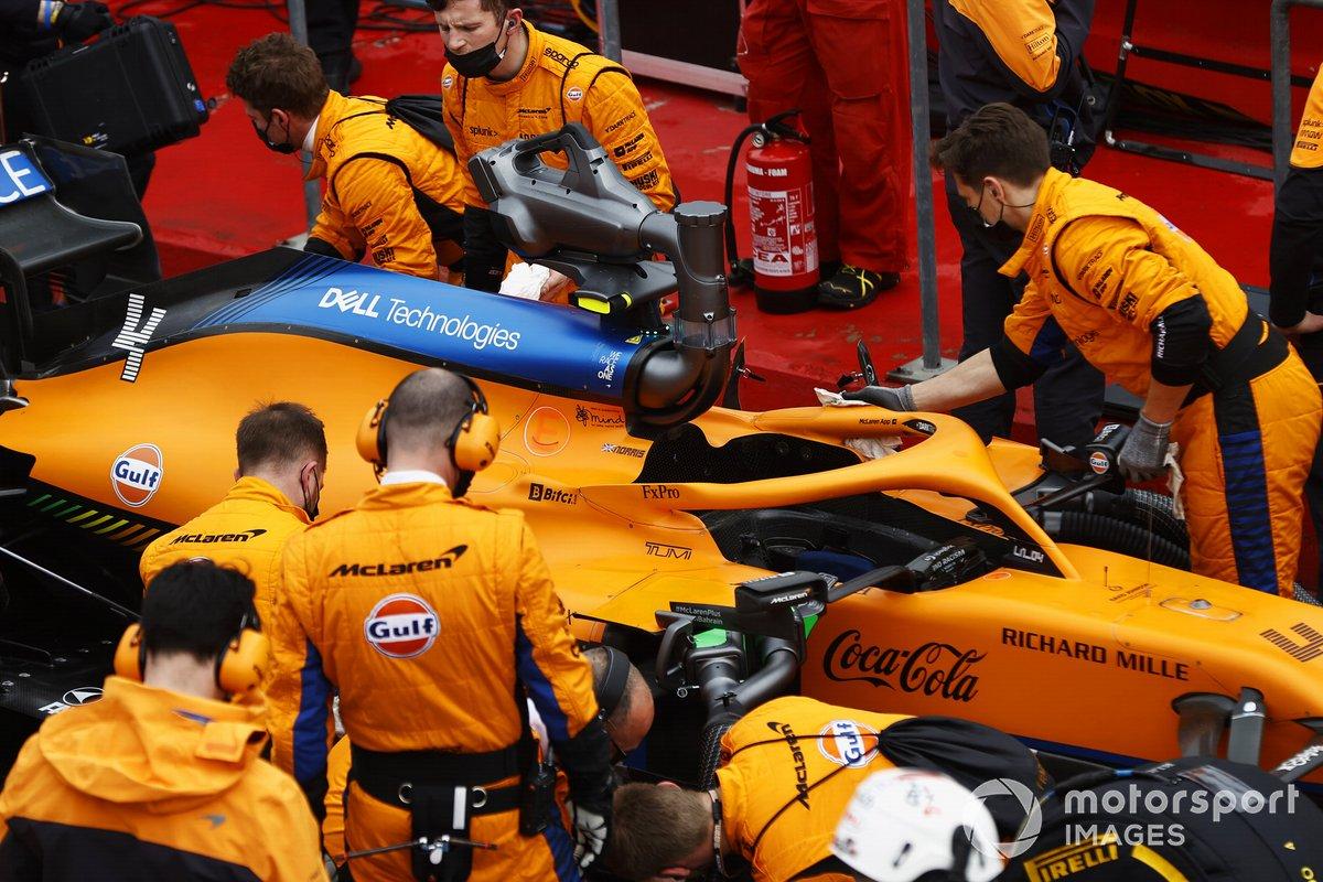 Los mecánicos trabajan en el coche de Lando Norris, McLaren MCL35M