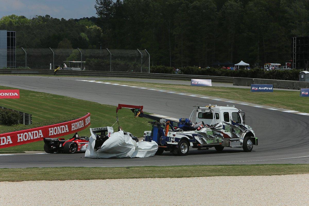 El monoplaza dañado de Josef Newgarden, Team Penske Chevrolet