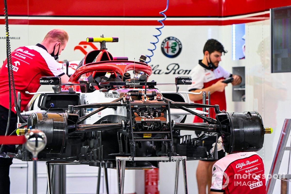 Los mecánicos de Alfa Romeo trabajan en uno de los coches