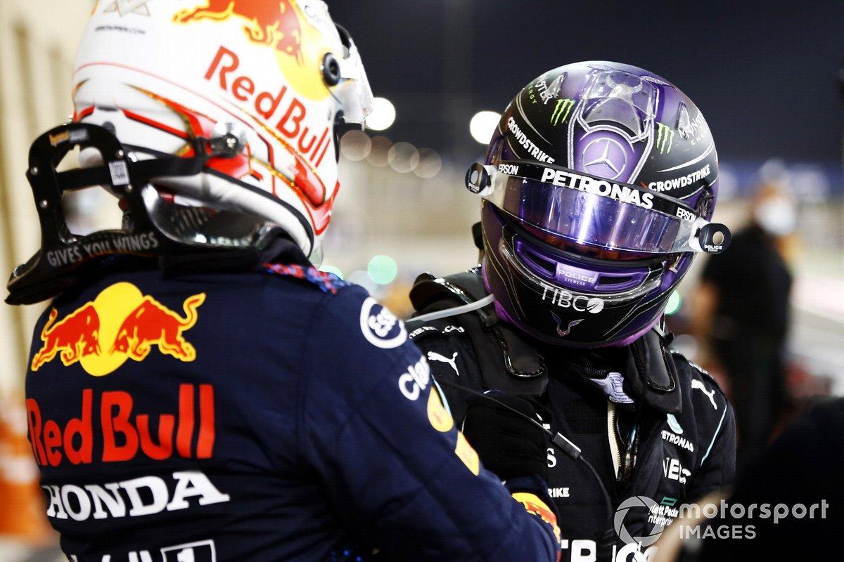 Segundo lugar Max Verstappen, Red Bull Racing, y el ganador Lewis Hamilton, Mercedes, en Parc Ferme