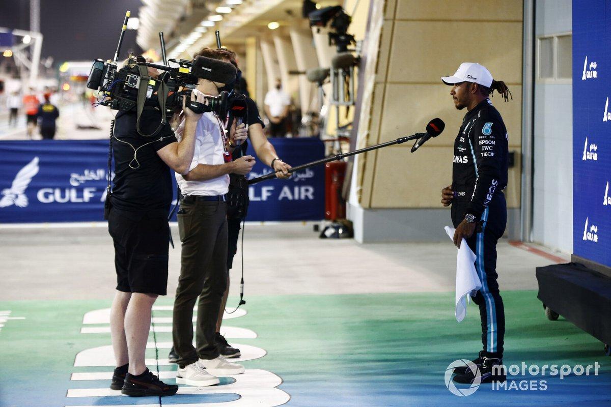 Ganador Lewis Hamilton, Mercedes, es entrevistado por Jenson Button de Sky TV