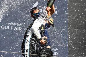 Le vainqueur Guanyu Zhou, Uni-Virtuosi Racing fête sur le podium avec le Champagne