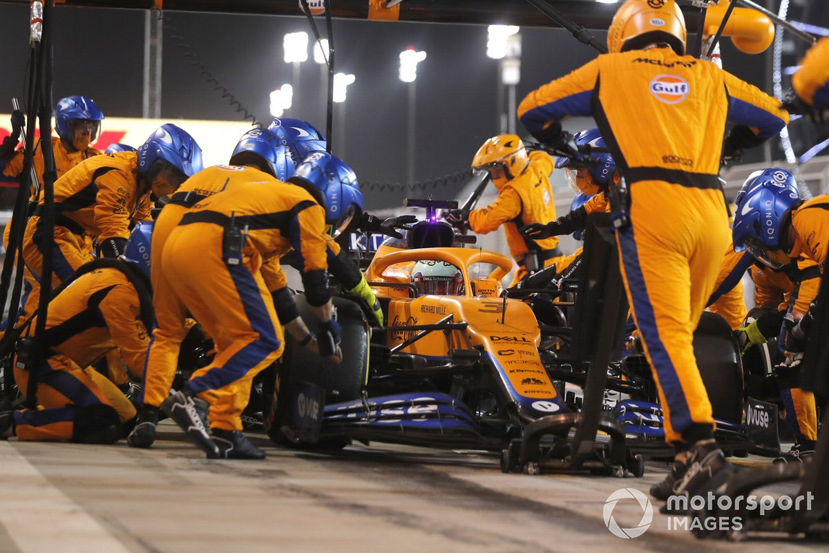 Daniel Ricciardo, McLaren MCL35M, en pits