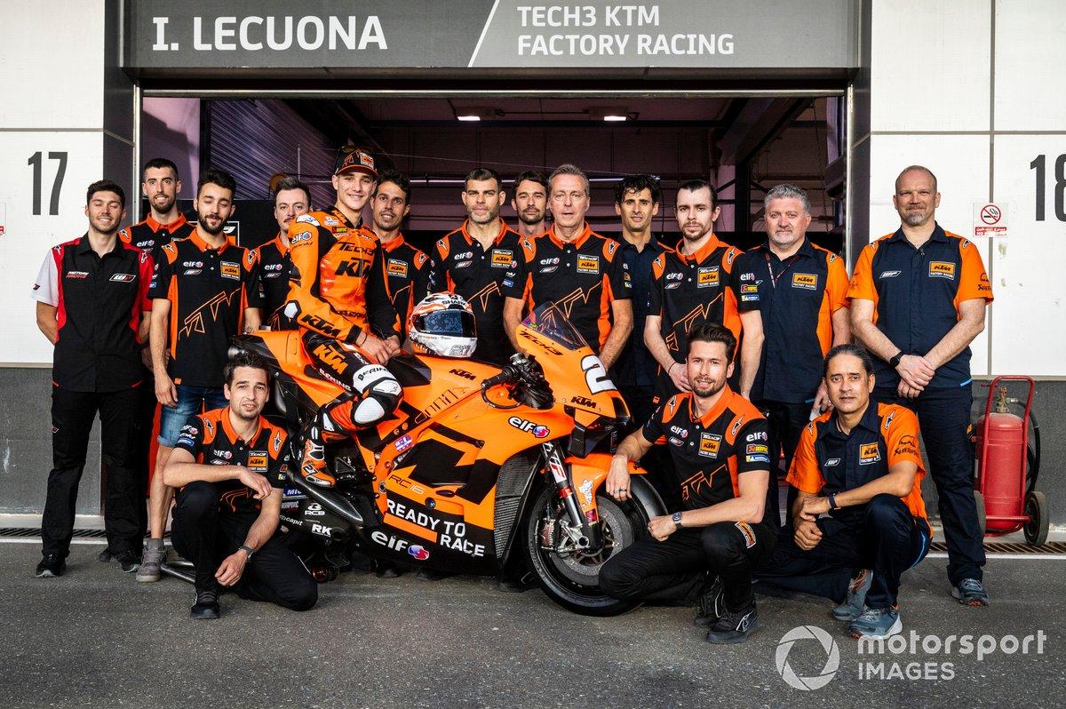 Danilo Petrucci, KTM Tech3, Iker Lecuona, KTM Tech3 con el equipo