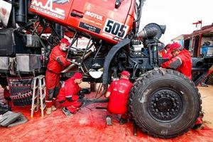 Maz mechanic working on the #505 Maz-Sportauto: Aliaksei Vishneuski, Maksim Novikau, Siarhei Sachuk
