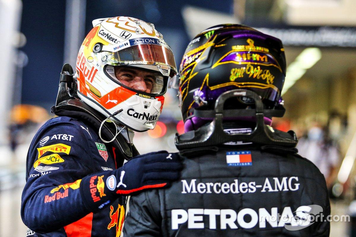 Lewis Hamilton, Mercedes-AMG F1, si congratula con Max Verstappen, Red Bull Racing, dopo che ha conquistato la pole