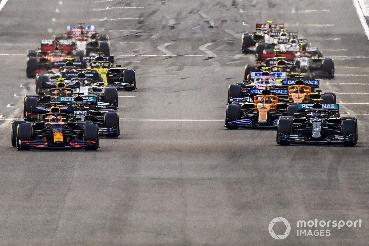 Max Verstappen, Red Bull Racing RB16 Valtteri Bottas, Mercedes F1 W11, Lewis Hamilton, Mercedes F1 W11 al inicio de la carrera